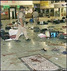 Police inspect the scene after the attack on Chhatrapati Shivaji Terminus in Mumbai, India (26/11/2008)