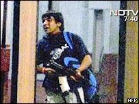 Foto de un sospechoso entrando con un rifle a una estación de tren poco antes de los ataques.
