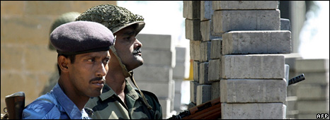 Indian security services personnel near the Taj Mahal Palace hotel (27 November 2008)
