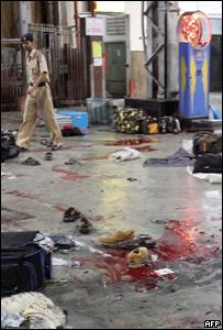 Policía inspecciona la estación CST luego de los ataques