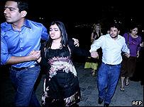 Turistas indios y extranjeros evacuando el hotel Taj Mahal.