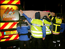 French police with body of Airbus crash victim - 27/11/2008