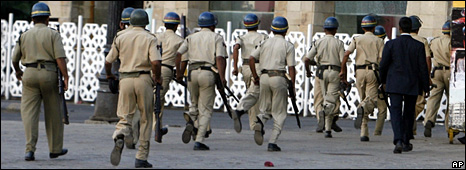 Indian police run towards the lobby of the Taj Mahal Palace hotel (28 November 2008)