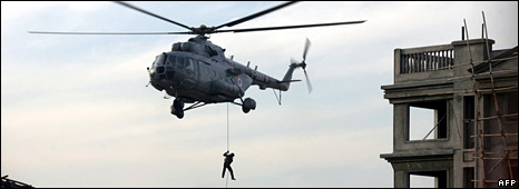 Indian commando is dropped off on the roof of Nariman House by a helicopter (28 November 2008)