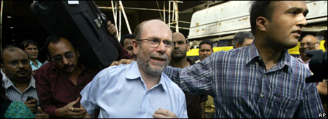 An identified foreign national is evacuated from the Oberoi Trident (28 November 2008)