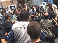 """Polic�a de Hamas durante una manifestaci�n (Escena del documental """"Dentro de Hamas"""")"""