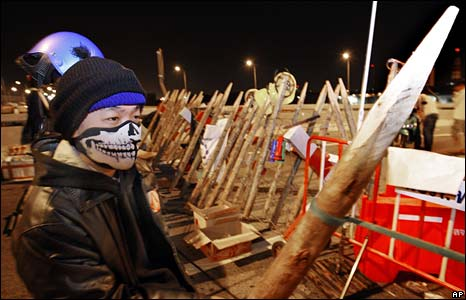 Anti-government protesters man a barricade in front of Suvarnabhumi airport on 28 November 2008