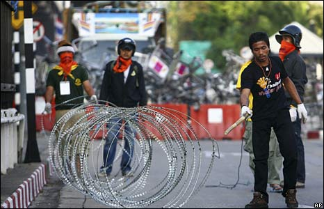 Anti-government protesters set up a barricade in front of Don Mueang airport on 28 November 2008