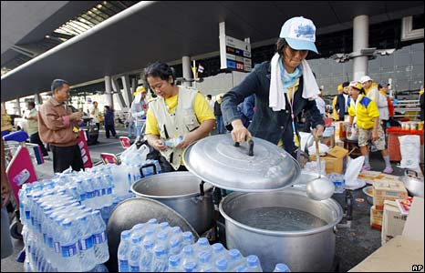 Protesters prepare hot water at Bangkok's international airport on 28 November 2008