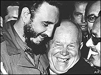 Fidel Castro y el primer ministro soviético Nikita Khrushchev se abrazan en la Asamblea de la ONU