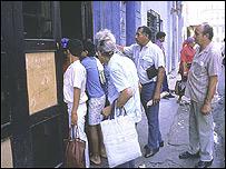 Cubanos hacen fila para conseguir alimentos, mediante la libreta de abastecimiento.