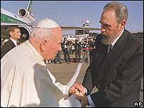 El Papa Juan Pablo II es recibido por Fidel Castro