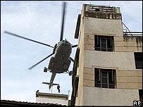 Un helicóptero del ejército sobre el centro judío.