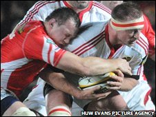 Iestyn Thomas tackles Munster's Mick O'Driscoll