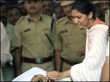 The daughter of Anti-Terrorism Squad (ATS) chief Hemant Karkare (L) pays her respects at her father&quot;s funeral ceremony in Mumbai on November 29, 2008,