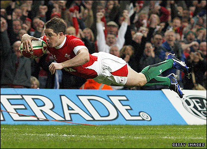 Shane Williams scores the opening try for Wales