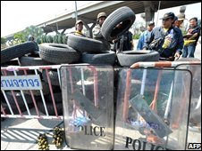 Protesters make barricades at Don Mueang airport 29/11/2008