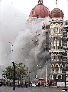 Smoke billows from the Taj Mahal hotel, 29/11/08