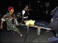 نقل احد المصابين من مطار العاصمة بانكوك
