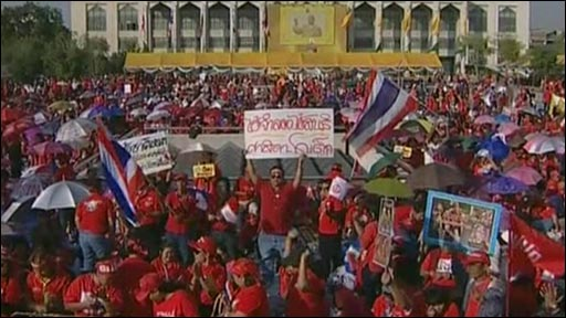 Pro-government supporters outside Bangkok Metropolitan Administration headquarters