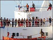 Piratas vigilando a la tripulación del barco MV Faina, en una fotografía de la Armada de EE.UU., 9 noviembre 2008