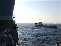 El barco MV Faina visto desde un buque de guerra de EE.UU.