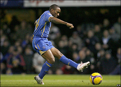 Defoe slots the ball past Blackburn keeper Paul Robinson