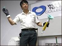 Profesor japonés ofrece una clase sobre limpieza de baños.