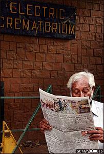 Hombre leyendo las noticias sobre el atentado en Bombay