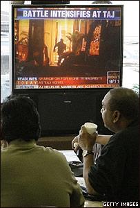 Hombres viendo televisi�n