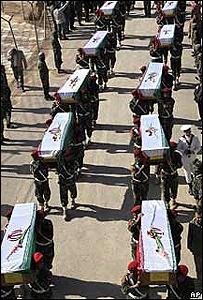 Soldados iraníes portando féretros de sus correligionarios caídos en la guerra contra Irak