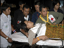 An injured person is taken by medics from Bangkok's Don Mueang airport (2 December 2008)
