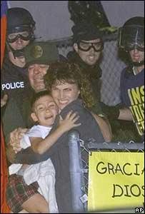 Las autoridades se llevan a Eli�n Gonz�lez de su casa en Miami