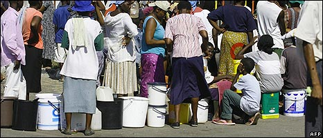 Zimbabweans queue to get water