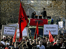 Kosovo Albanians demonstrate in Pristina, 2 Dec 08