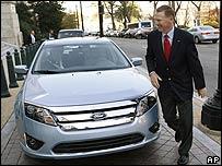 Alan Mulally con un Ford híbrido