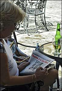 Mujer lee la noticia del triunfo de Obama en el Granma, el peri�dico oficial de Cuba