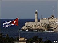 Una bandera cubana flamea frente al Castillo de El Morro en La Habana
