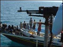 قارب صيد يمني يمر امام خفر السواحل
