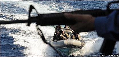 Armas y soldados en un bote en el océano.