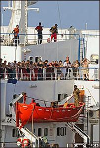 La tripulación de un barco observan un chequeo por parte de la marina estadounidense.