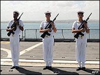Soldados franceses a bordo de un barco de la marina.