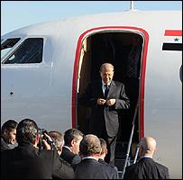 عون مترجلا من الطائرة الرئاسية السورية 03-12-2008