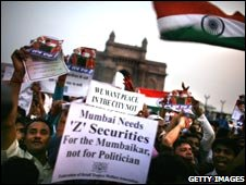 Protesters shout anti-Pakistan slogans in Mumbai on 3 Devember 2008