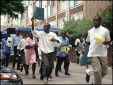 Doctors and nurses demonstrating in Harare run away from police on 3 December 2008