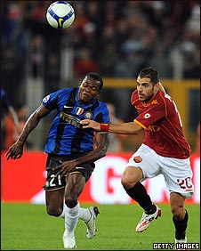 Victor Obinna Nsofor challenges Simone Perrotta of AS Roma