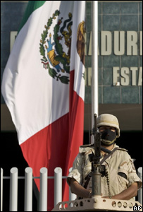 Guardia frente a dependencia oficial en Tijuana