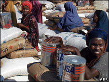 Somalis receiving food aid