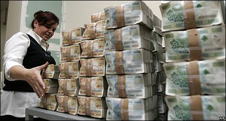 An employee at Lebanon's Central Bank stacks notes
