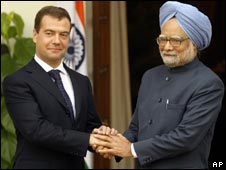 Russian President Dmitry Medvedev (l) and Indian PM Manmohan Singh